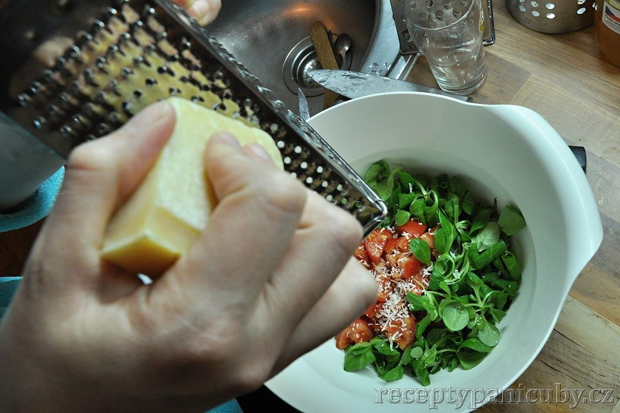 Zeleninový salát s opečeným chlebem a sýrem - přidáme sýr