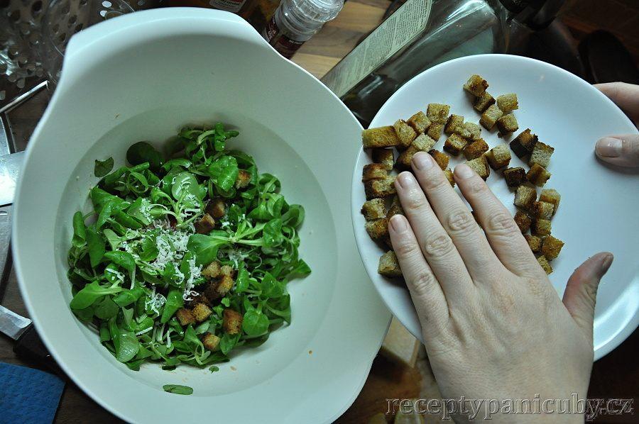 Zeleninový salát s opečeným chlebem a sýrem - přidáme chlebík