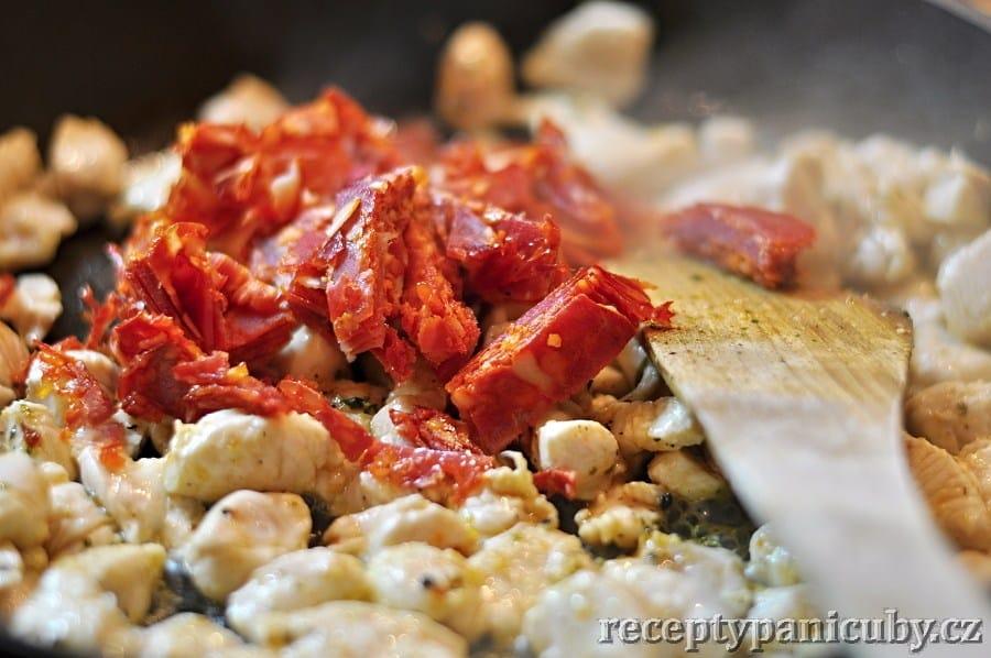 Čubí quesadillas - kuřecí mase osmahneme společně s chorizem