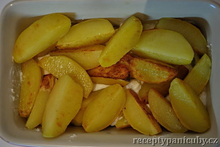 Zapečené brambory se sýrovou omáčkou  brambory naklademe do misky