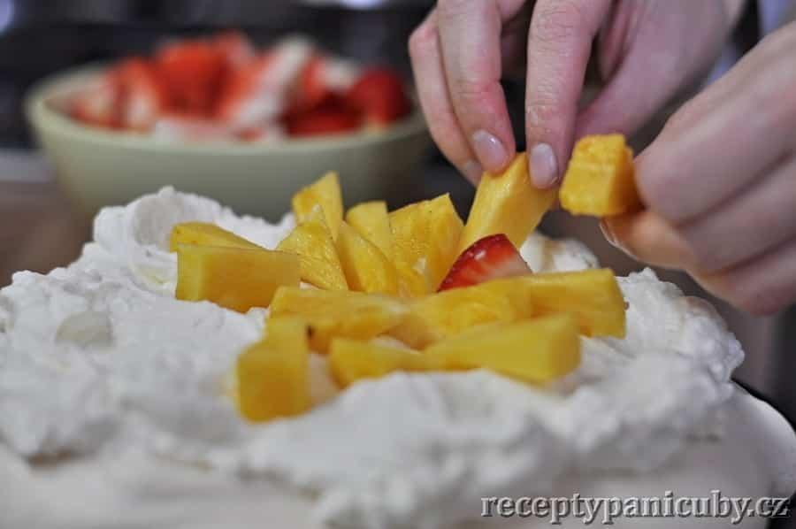 Dezert Pavlova - přidáme ovoce