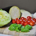 Zeleninový salát s mozzarellou a opečeným lilkem