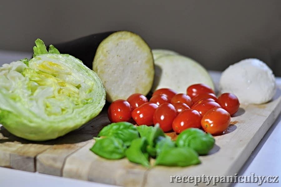Hlavní fotka k receptu Zeleninový salát s mozzarellou a opečeným lilkem