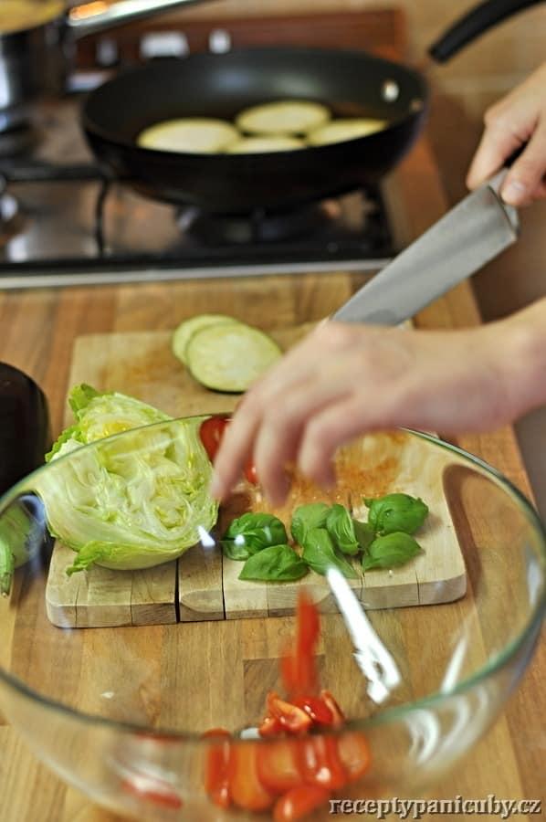 Zeleninový salát s mozzarellou a opečeným lilkem - krájíme
