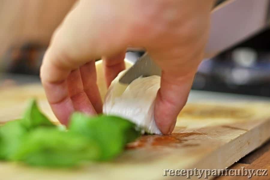 Zeleninový salát s mozzarellou a opečeným lilkem - a zase krájíme