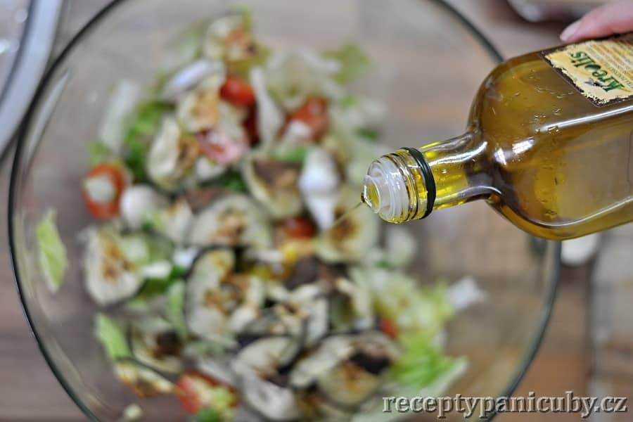 Zeleninový salát s mozzarellou a opečeným lilkem - a olivový olej jako tečka na závěr