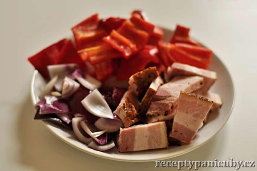 Čubiny jednoduché krůtí špízy - připravíme si papriku, cibuli a slaninu