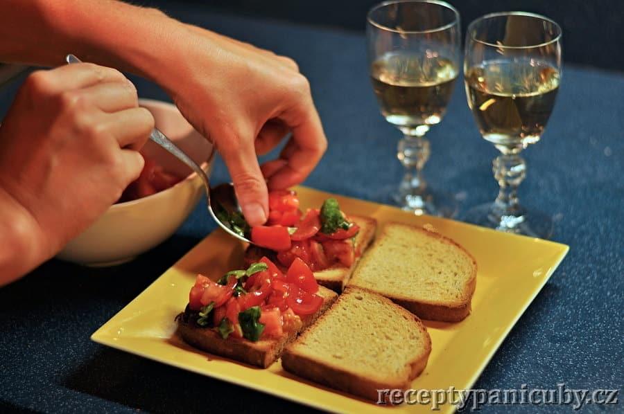 Rajčatová bruschetta - a rajčátkovou směs klademe na opečený chléb