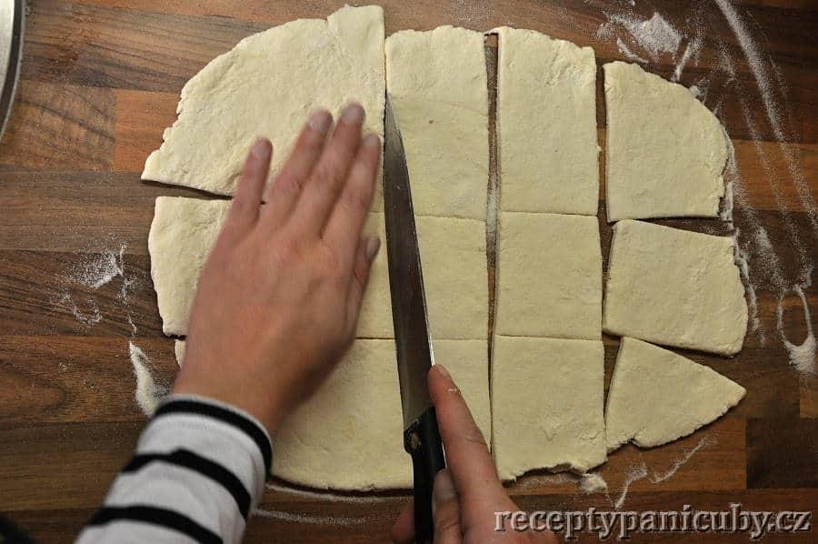 Šveskové knedlíky z tvarohového těsta - nakrájíme vyválené těsto