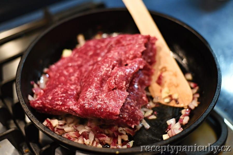 Chilli con carne - přihazujeme maso