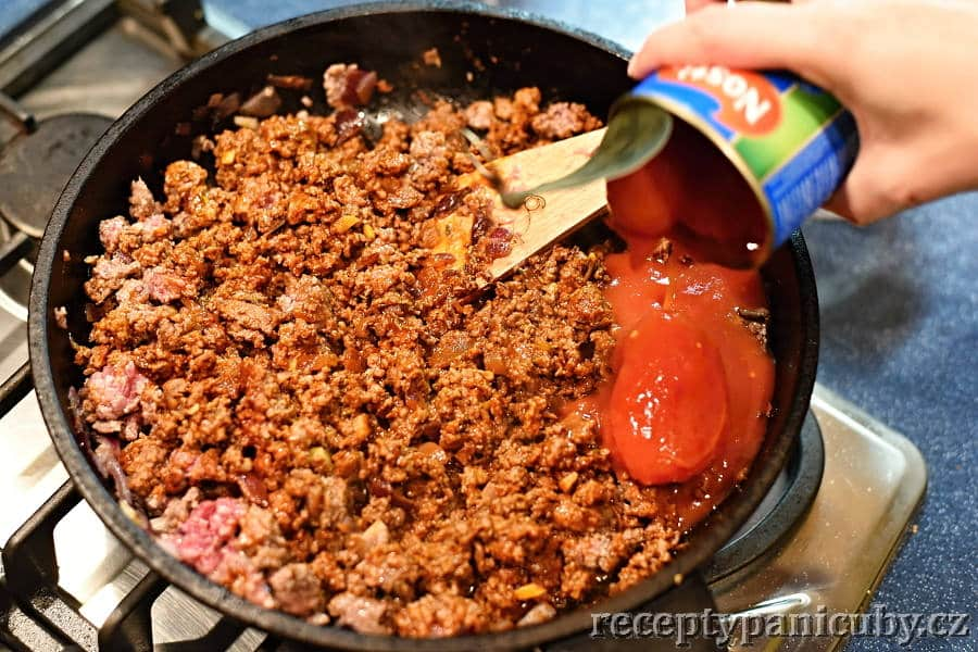 Chilli con carne - přihazujeme rajčata