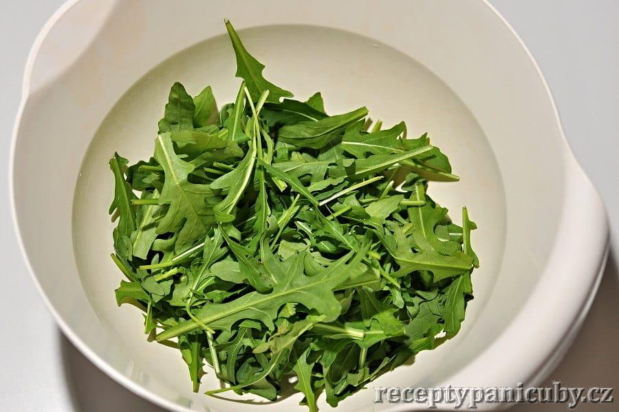 Salát s rukolou a sýrem cottage - to není plevel