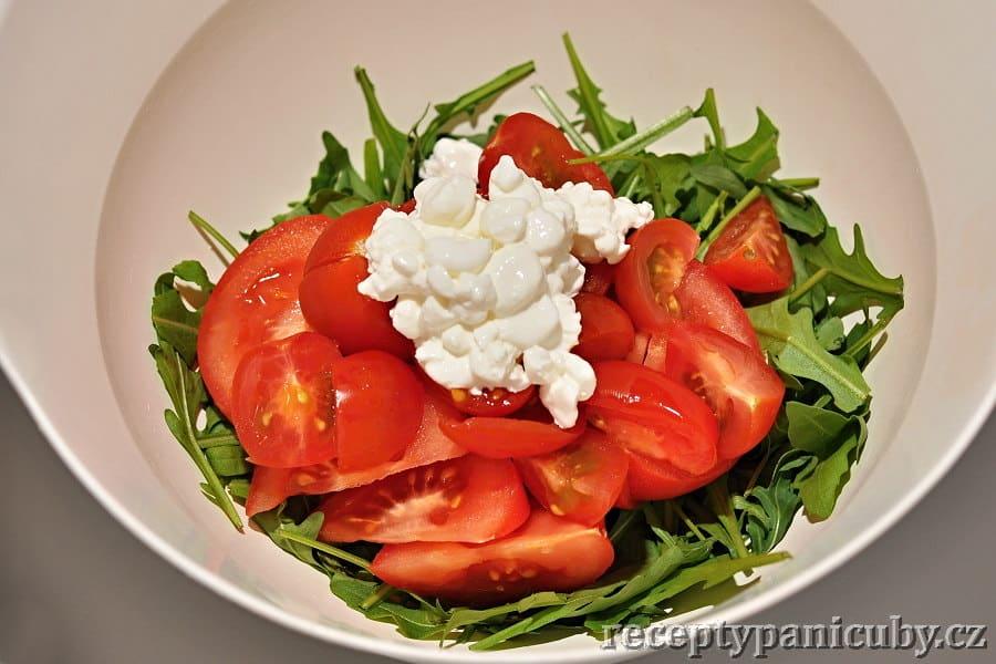 Salát s rukolou a sýrem cottage - přidáme rajčata a cottage