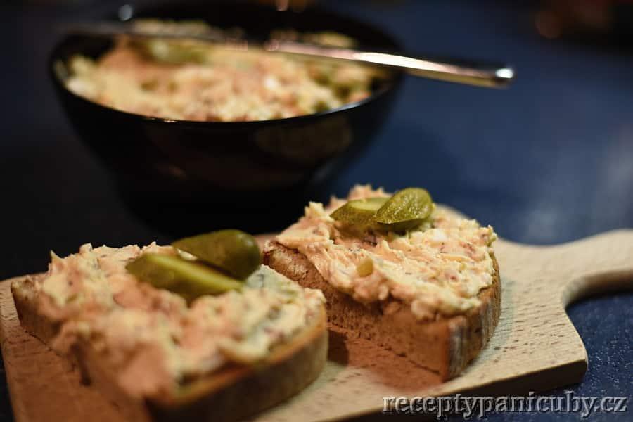 Škvarková pomazánka paní Čuby - podáváme s chlebíčkem