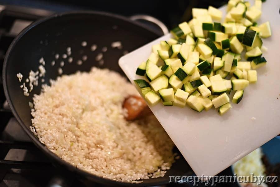 Smetanové rizoto s cuketou - přidáme cuketu