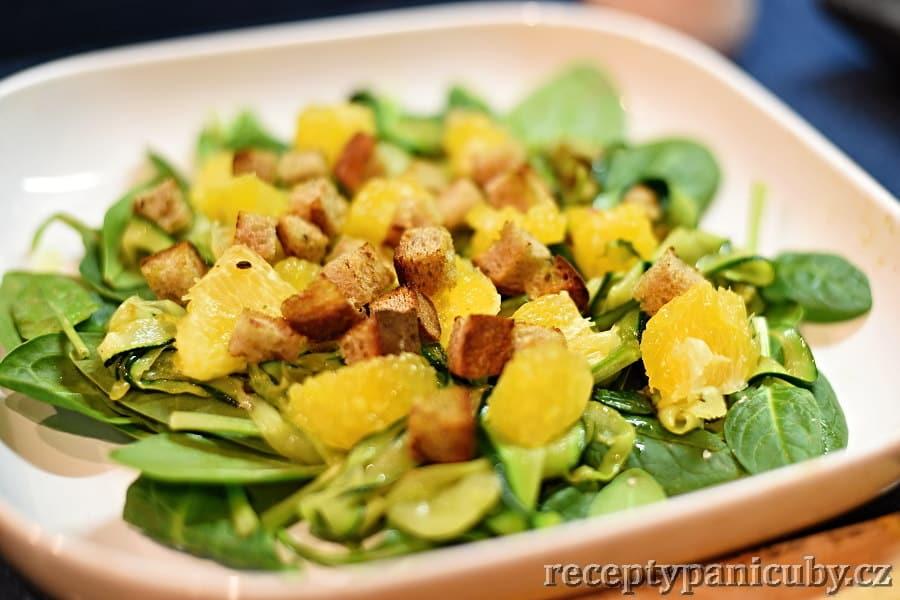 Cuketový salát s pomerančem - přidáme pomeranč a krutonky