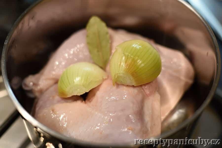 Kuřecí krémová polévka - stehna necháme vařit