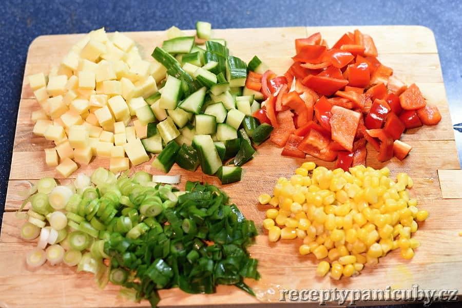Těstovinový salát paní Čuby - nakrájíme si zeleninu