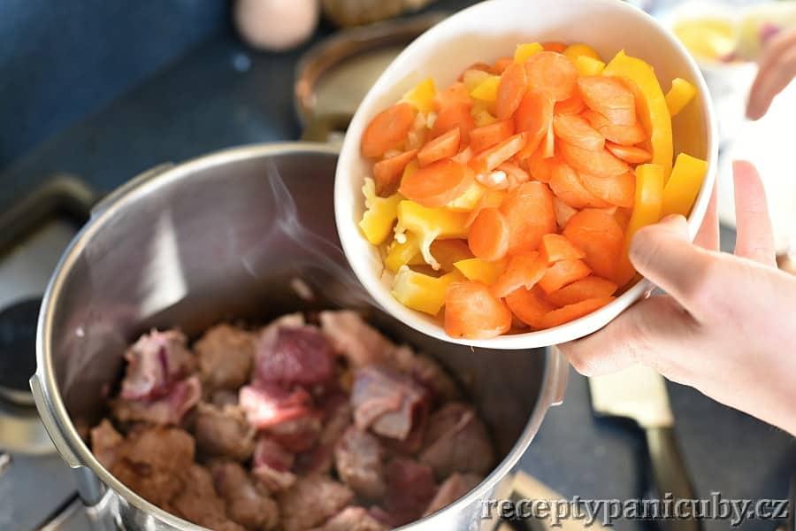 Pečené hovězí s bramborem a sýrem - a papriku