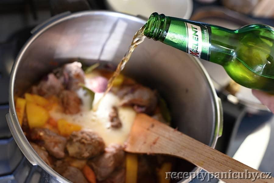 Pečené hovězí s bramborem a sýrem - trochu tvrdého :)