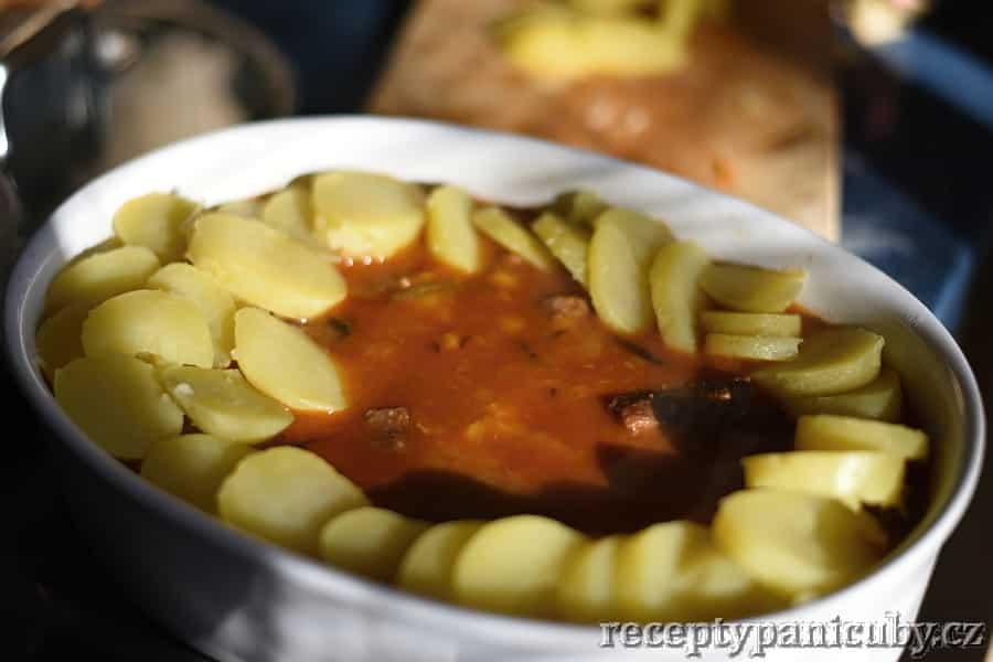 Pečené hovězí s bramborem a sýrem - vrstvíme