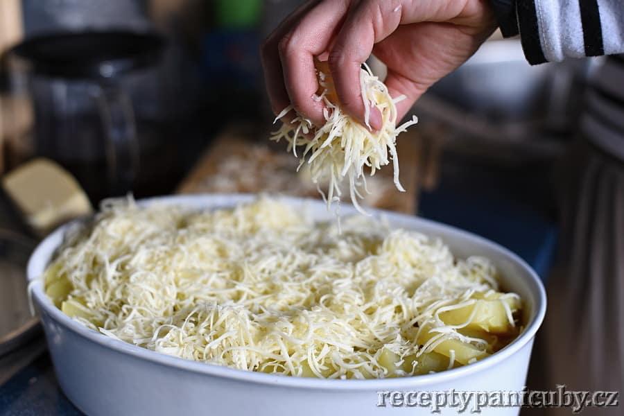 Pečené hovězí s bramborem a sýrem - sýrujeme