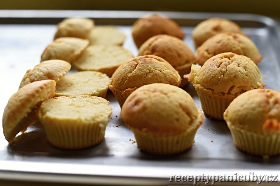 Cupcakes plněné krémem - po upečení necháme vychladnout, pak plníme krémem