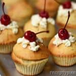 Cupcakes s krémem a třešněmi