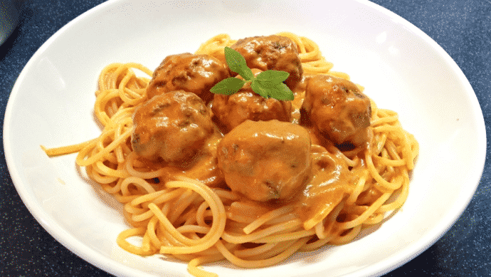 Masové kuličky plněné sýrem v rajčatové omáčce