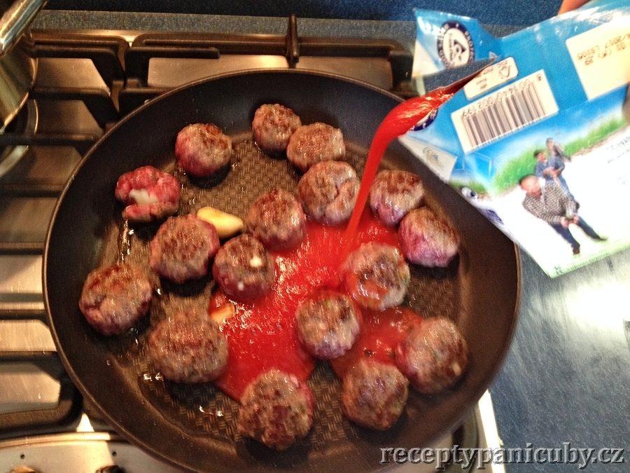 Masové kuličky plněné sýrem - přidáme rajčatové pyré