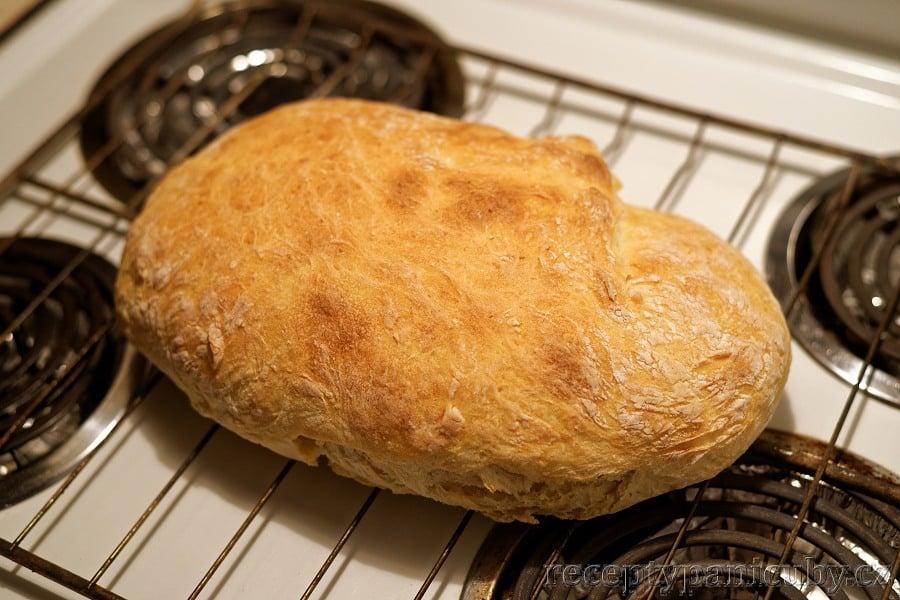 Domácí bramborový chléb - upečený bobánek, jen si ho pochovat