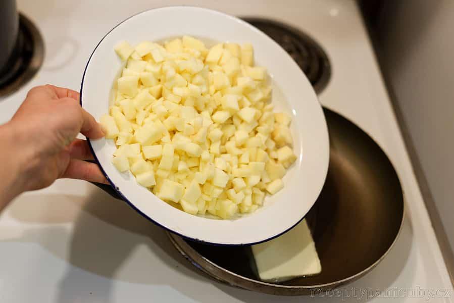 Jablečné taštičky jak od Mcmaminky - jablka dáme do rozpuštěného másla :)