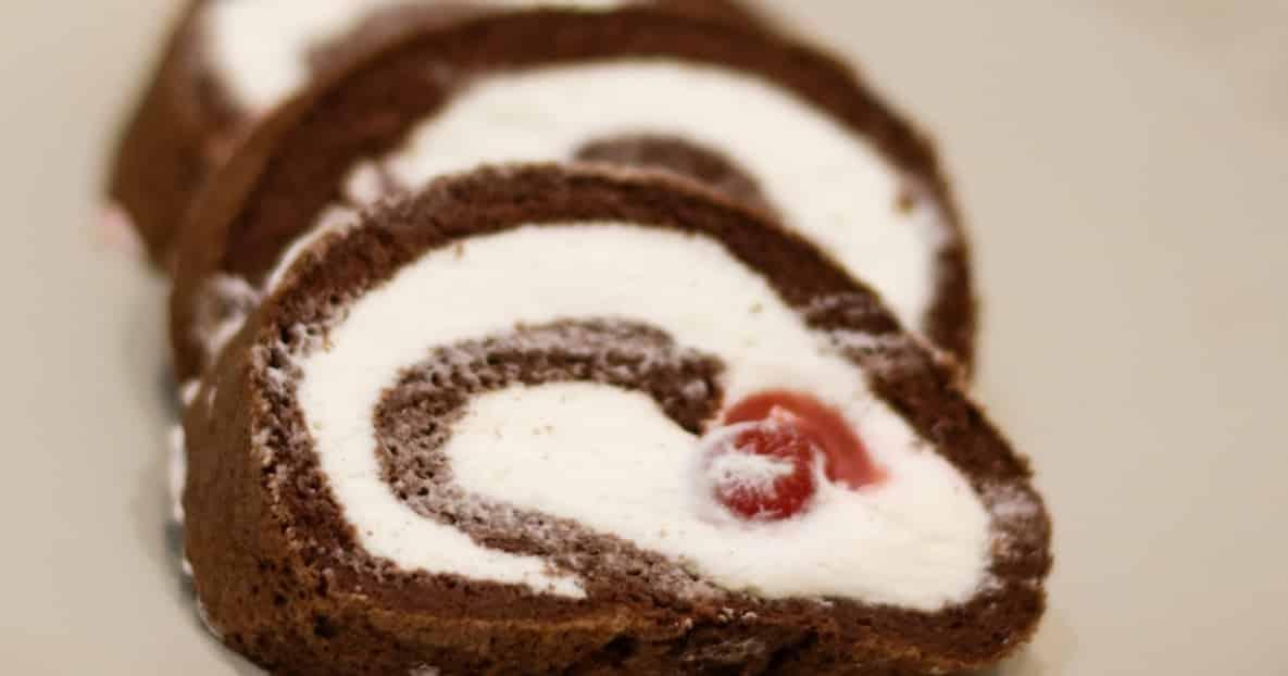 Hlavní fotka k receptu Křehká kakaová roláda se šlehačkou – bez mouky