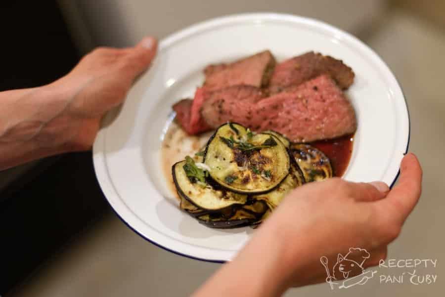 Grilovaný lilek v česnekové marinádě - lilek s kamarádem masem na talíři