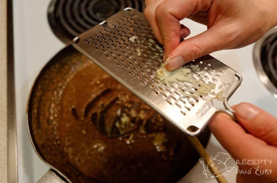 Kanadská poutine - tmavá jíška a k tomu čerstvý česnek