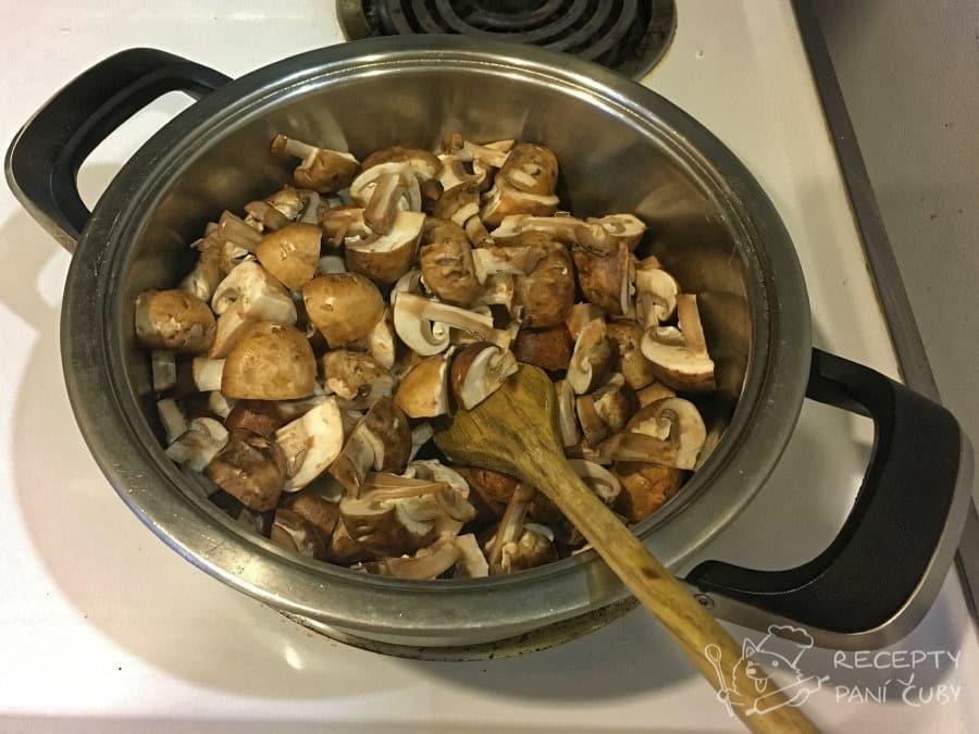 Žampionový krém - houbičky připavíme na másle