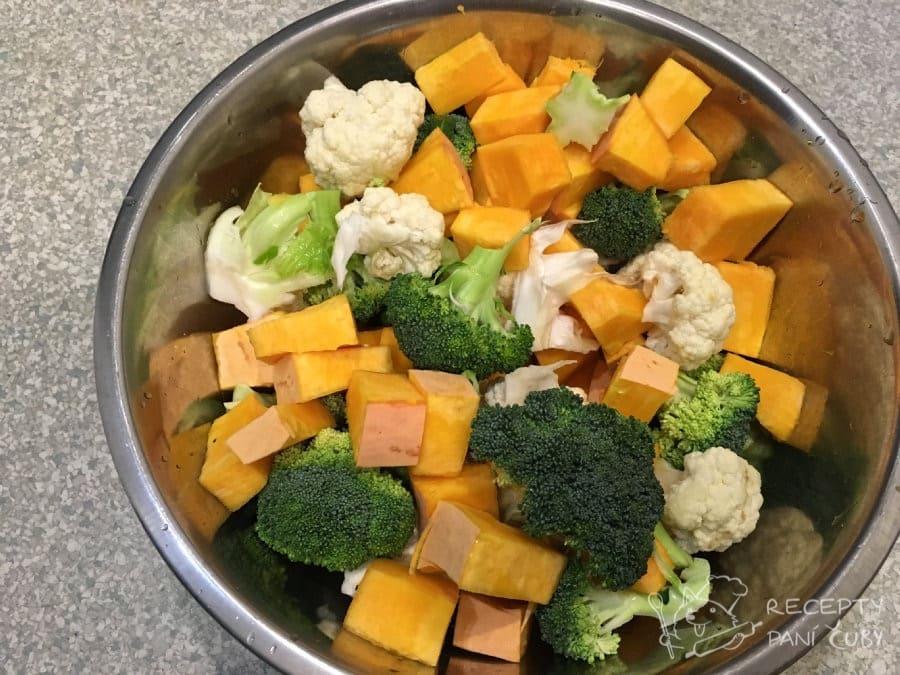 Zapečená zelenina v sýrovo-kari omáčce - zeleninu si spaříme do poloměkka