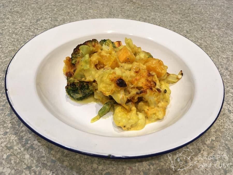 Zapečená zelenina v sýrovo-kari omáčce - na talíři to sice parádu neudělá, ale chuť je skvělá