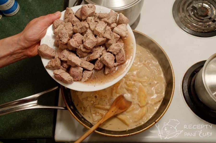 Vepřové v krémovo-jablečné omáčce - přidáme maso