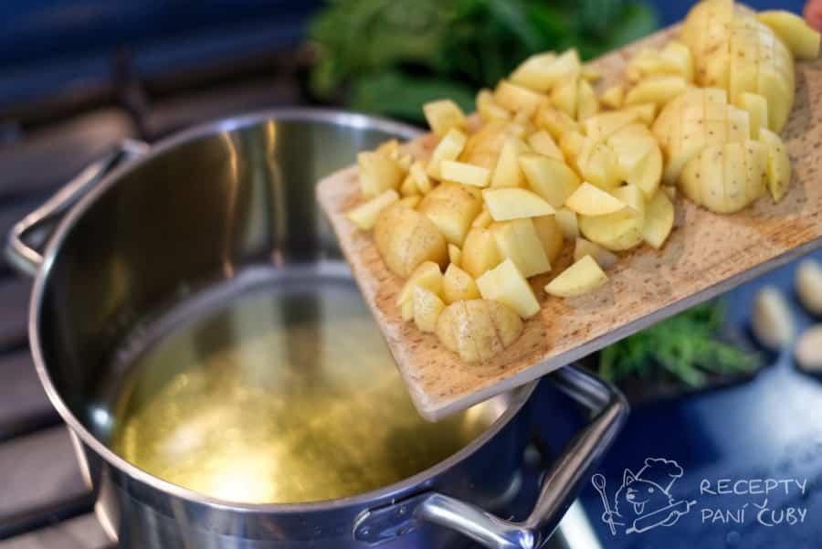 Krémová špenátová polévka - vosmažme si brambůrky