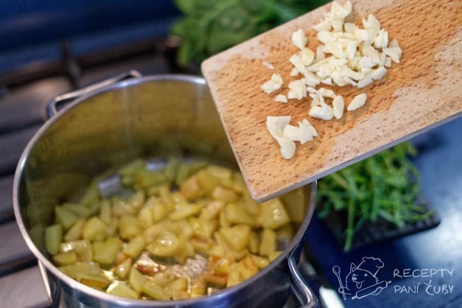 Krémová špenátová polévka - přidáme česnek
