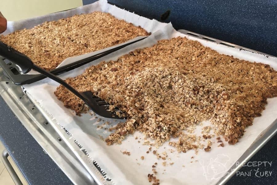 Domácí müsli - pečeme asi 20-25 minut a v polovině pečení müsli promícháme