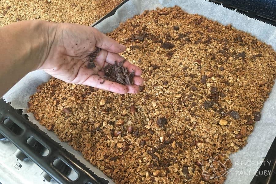 Domácí müsli - po vyndání z trouby ještě müsli posypeme čokoládou