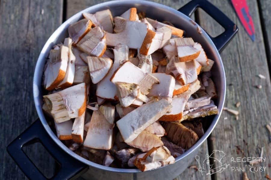 Houbová smaženice - houby si očistěte a nakrájejte na plátky
