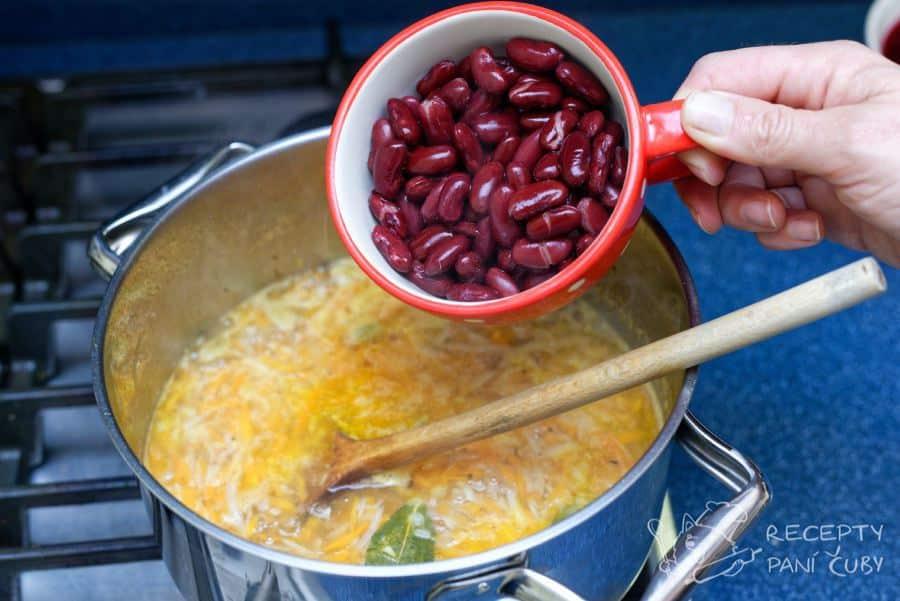 Vegetariánský boršč - přihodíme fazolky
