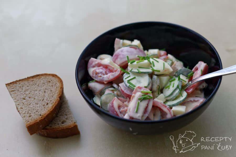 Tamten salát - zeleninovo-majonézový salát - servírujeme s čerstvým chlebem
