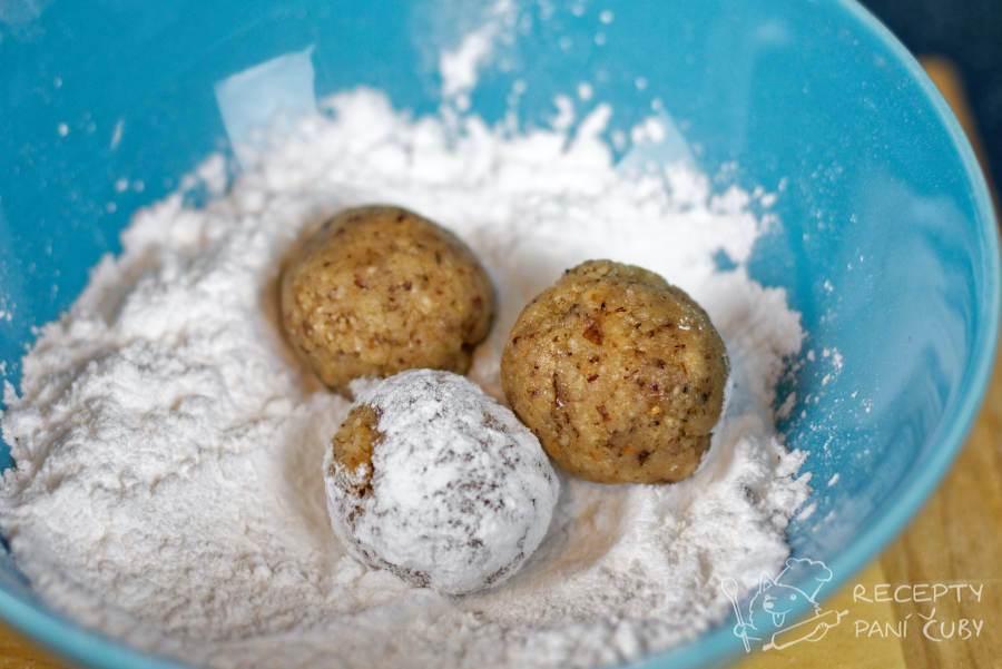Oříšková vosí hnízda - připravíme si kuličky a obalíme je v cukru