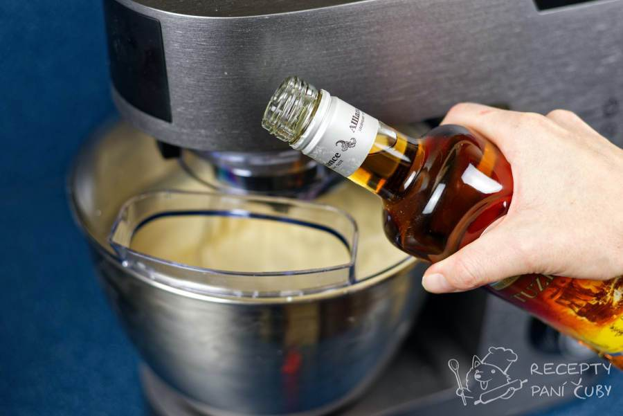 Domácí skořicovo-vaječný likér - pokud nechcete provářet, přidáte skořici a rum