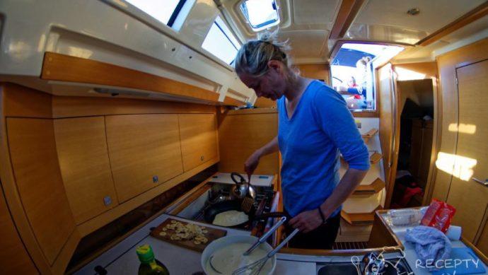 Kokosové palačinky s banánem - bojové podmínky v plachetnicové minikuchyni