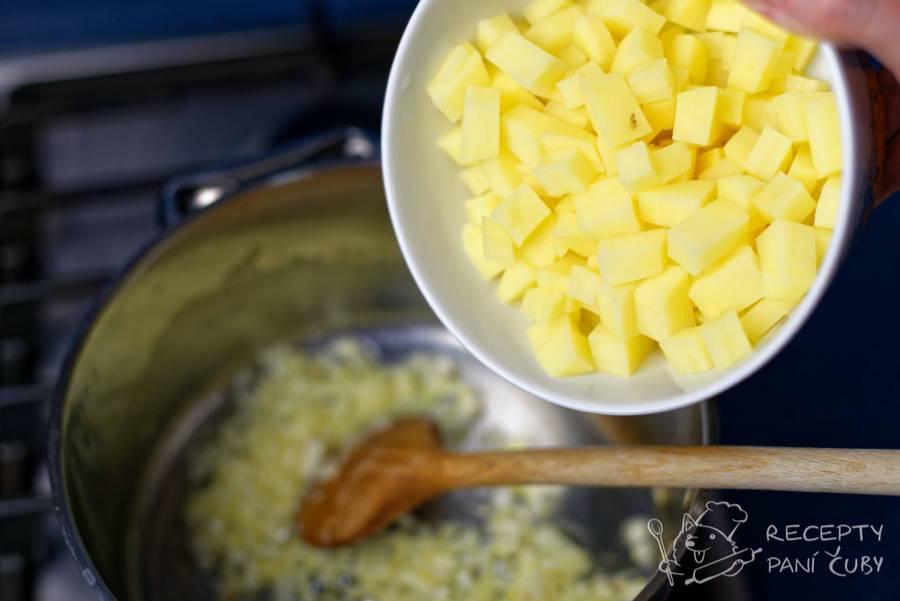 Krémová sýrová polévka - vložíme brambory na kostičky